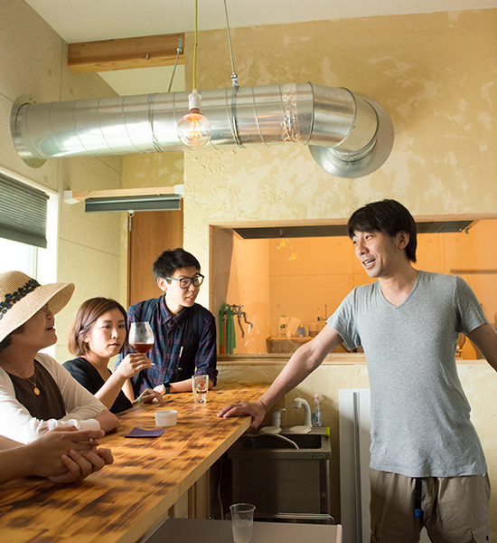 Take a tipsy wander around Aramachi and quench your thirst with a drink of Kokucho beer