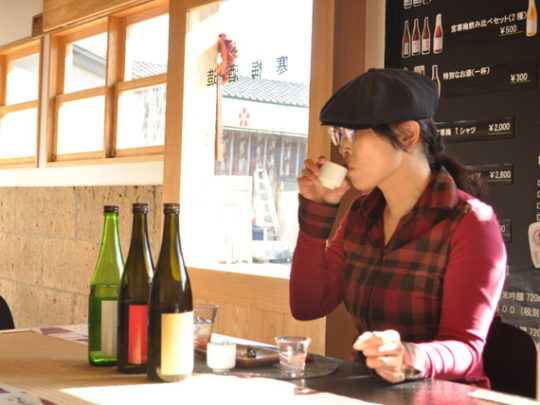 宮寒梅醸造元・寒梅酒造の酒蔵での飲み比べ試飲体験の様子